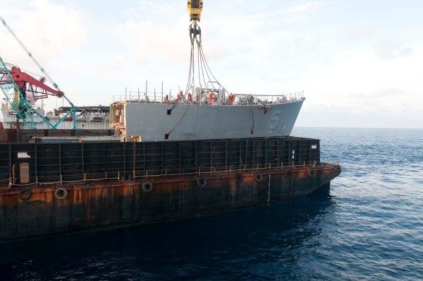 Removing the bow of the mine countermeasure ship Ex-Guardian